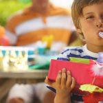 Deixe a criança entregar o presente em mãos