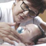 Contratar uma babá é terceirizar o cuidado?
