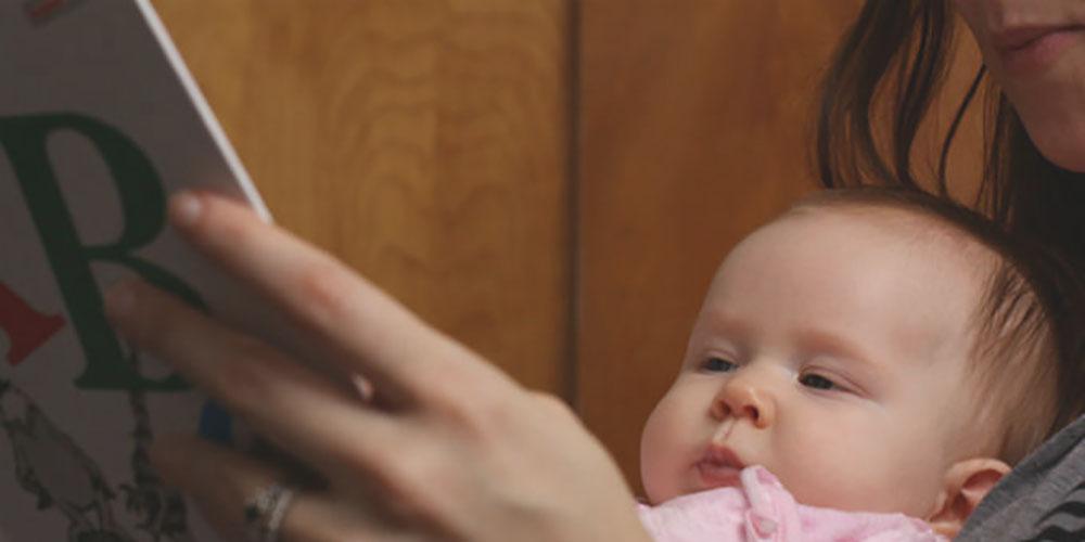 """Ler e """"virar gente"""": a importância da leitura para os bebês"""