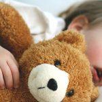 O que faz a criança precisar de alguém ao seu lado para adormecer ou dormir?
