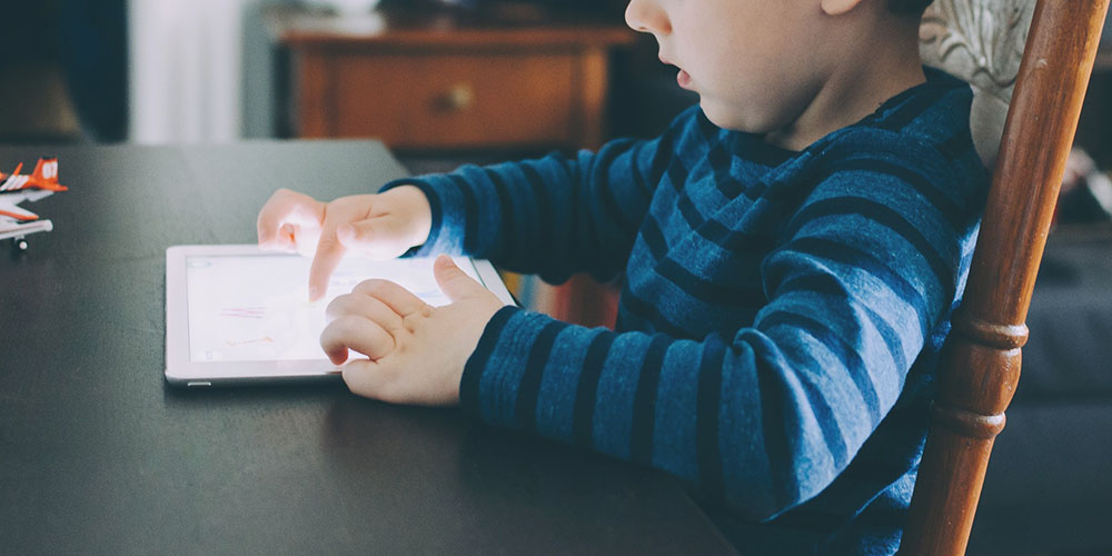 Uso de telas por crianças é tema de reportagem da Aliança pela Infância que conta com a participação de Patrícia Grinfeld